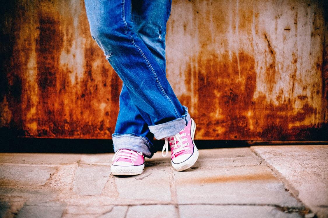 お洒落なコーデは足元から。大人女子のためのスニーカーを使ったスタイリング10選◎