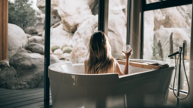 お風呂でくつろぐ女性