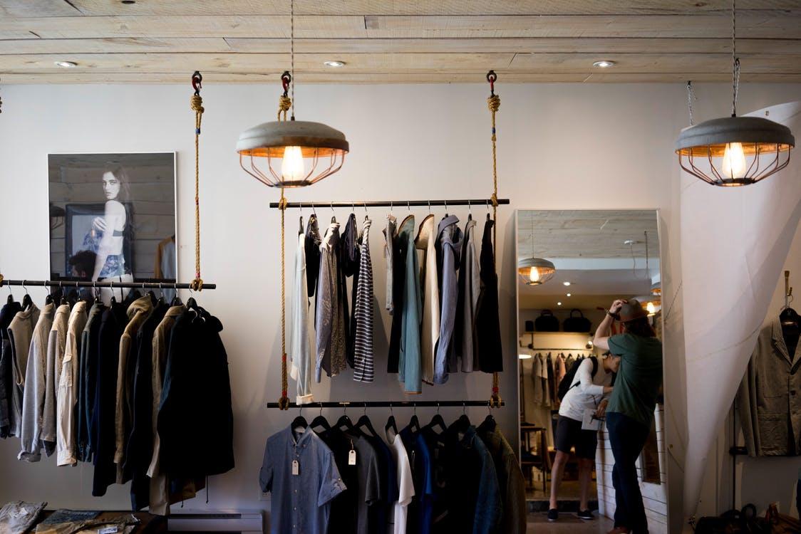 服の数は10着で十分。ミニマリストが提案する断捨離クローゼットの極意とは。 アイキャッチ画像