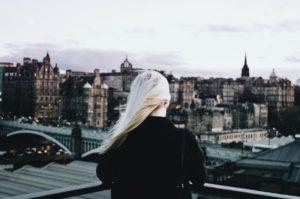 パサパサ髪は改善不可能!?サラつや髪をキープする方法&おすすめのヘアケアアイテム アイキャッチ画像