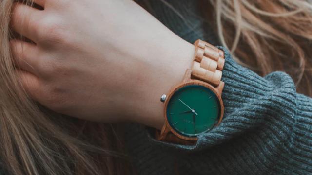 緑の腕時計をする女性