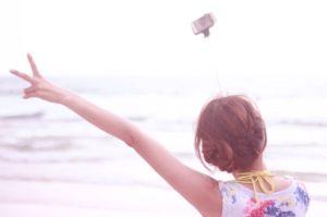 簡単に出来るヘアアレンジ~ミディアム編♡「くるりんぱ」や「シニヨンじょうず」の使い方も◎ アイキャッチ画像