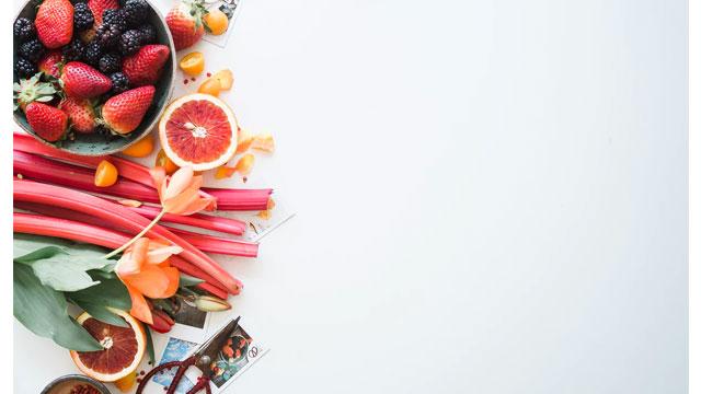 机に散乱するフルーツ