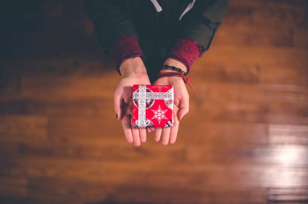 プレゼントにおすすめのデパコス♡彼女や友達に本当に喜ばれるコスメを贈ろう!