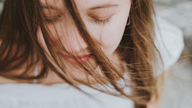 目を閉じる少女