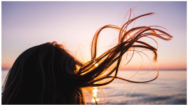髪の毛がなびく写真