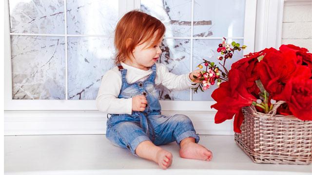 花を見る赤ちゃん