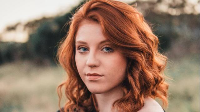 オレンジの髪の女性