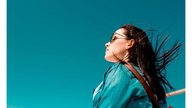 青い空と女性