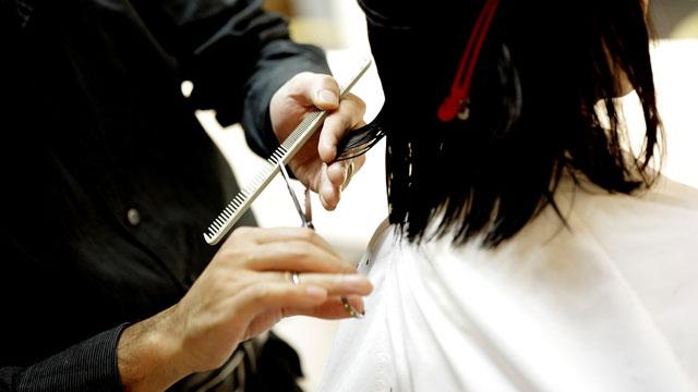 髪を美容室で切る女性
