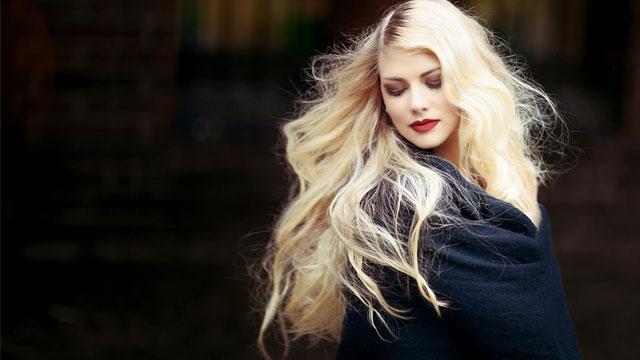 目を閉じた金髪の女性