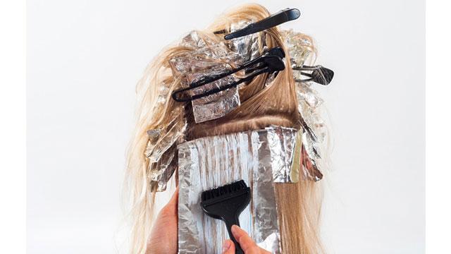 髪の毛を染める