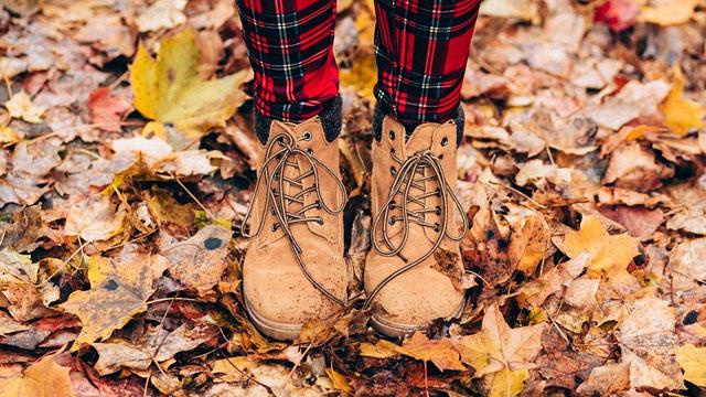 落ち葉とブーツ
