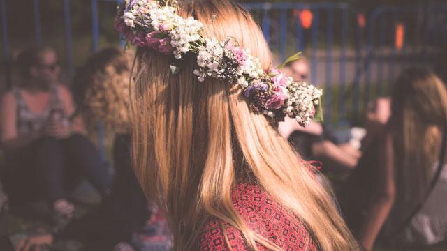花かんむりをかぶった女性