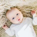 赤ちゃんなのに白髪が生えてくるのは異常?赤ちゃん白髪の原因と正しい対処方 アイキャッチ画像