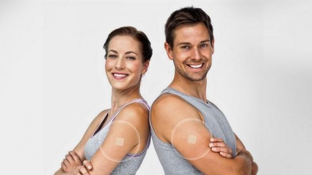 男女が腕にパッチMDを貼っている画像