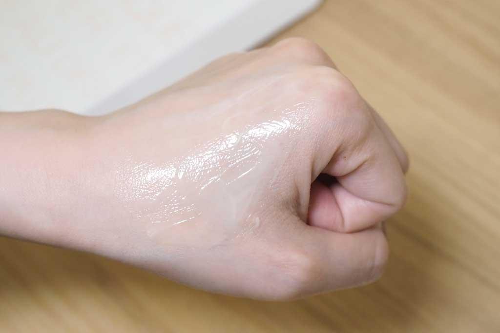 アドライズアクティブクリームを手の甲に伸ばしてみる